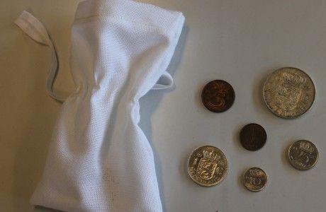 Foto 07 De inhoud van de koker: Zakje met munten